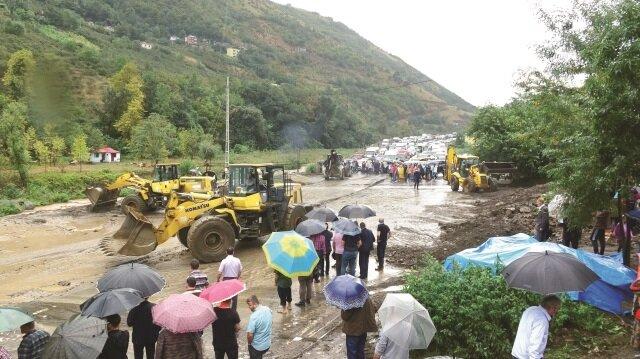 Yol, temizlik çalışmalarının ardından ulaşıma açıldı.