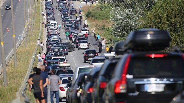 Sınır kapısındaki uzun araç kuyruğu nedeniyle birçok sürücü kontak kapattı.