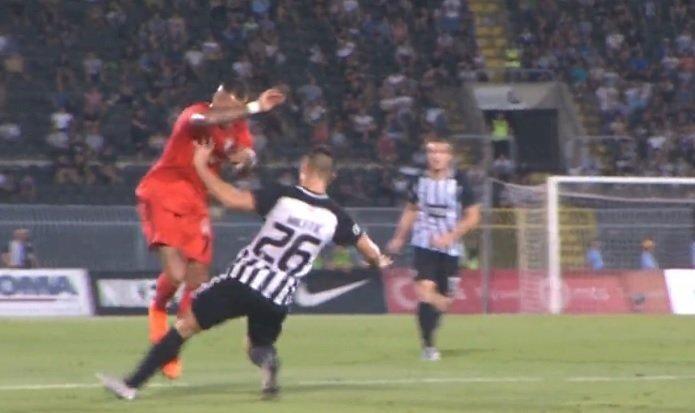 Partizanlı futbolcuların sert müdahalelerinden biri.
