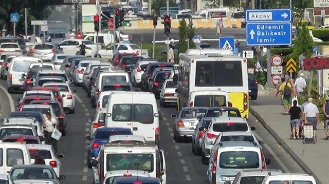 Tatil beldelerinde bu İstanbul, İzmir ve Bursa Ankara hattındaki yollarda yoğunluklar kuyrukların oluşmasına neden oldu