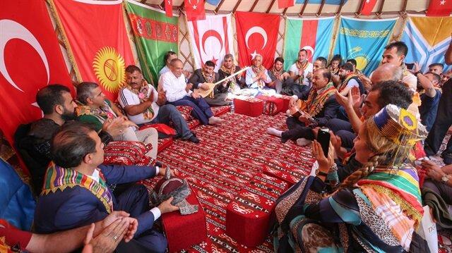 Etkinlik alanında kurulan çadırlarda sergilenen geleneksel el sanatları ürünlerini inceleyen vatandaşlar, unutulmaya yüz tutan oyunlara da eşlik ederek çocukluk yıllarına döndü.