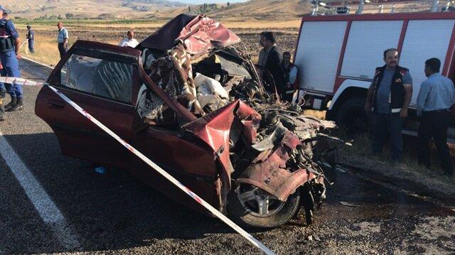 Çorum'un İskilip ilçesinde, TIR'la kafa kafa çarpışan otomobildeki aynı aileden 5 kişi hayatını kaybetti.