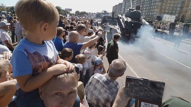 Askeri geçit töreninde tank böyle devrildi!