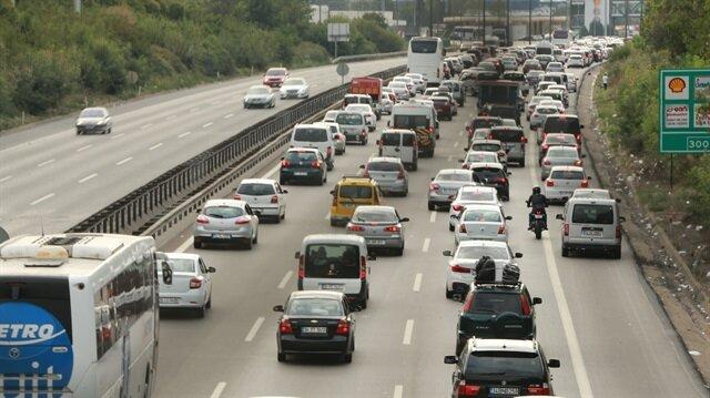 Tüm uyarılara rağmen, acil durumlar için boş bırakılması istenen emniyet şeridinin, bazı sürücülerce kullanıldığı görüldü.
