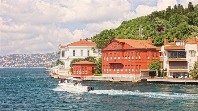 """25 yıldır rehberlik yapan sanat tarihçisi Sedat Bornovalı, tüm tecrübelerini """"Boğaziçi Tarih Atlası"""" kitabında topladı."""