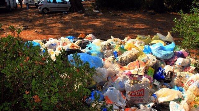Tatilcilerin bıraktığı çöpler, vatandaşların tepkisine neden oldu.