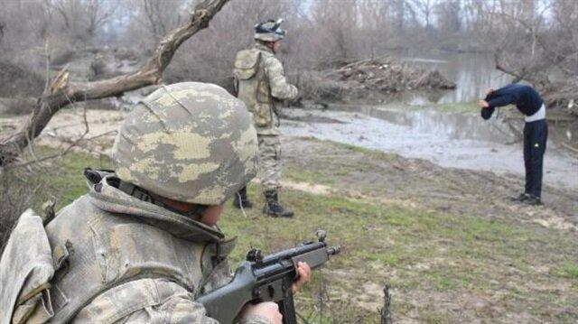 Ekiplerin yakaladığı FETÖ mensubu eski MİT'çiler güvenlik güçlerince jandarma komutanlığına teslim edildi.