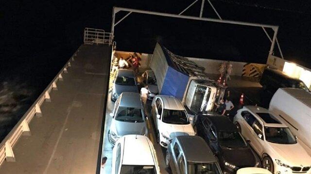 Yalova-Yenikapı seferini yapan feribotun içinde bir kamyon devrildi