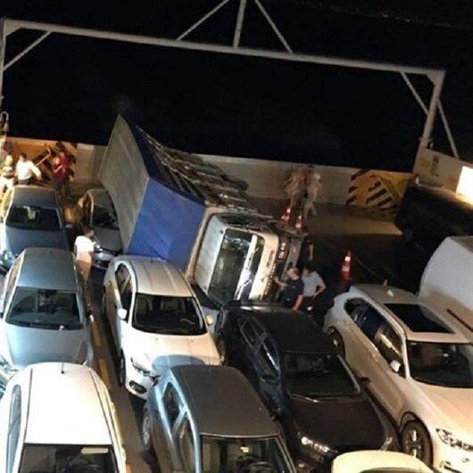 Faciadan dönüldü: Feribotta kamyon otomobilin üzerine devrildi