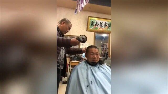 Müşterilerini spiral ile traş eden berber