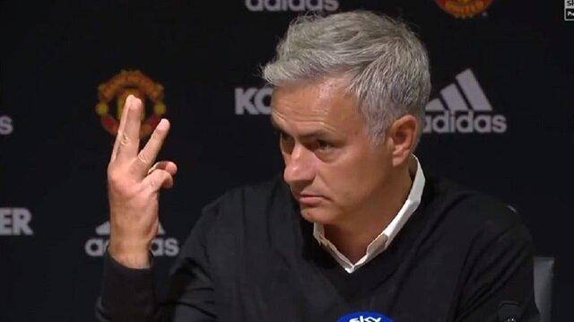 Jose Mourinho, basın toplantısını terk etti.