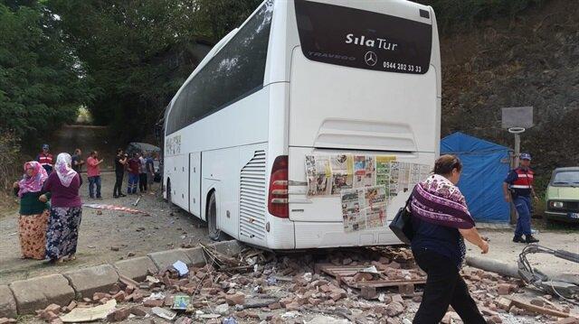 Lastiği patlayan otomobil tur otobüsüyle çarpıştı