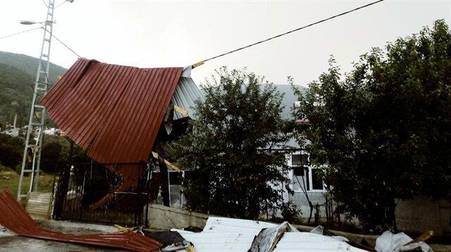 Ardahan'da şiddetli rüzgar okul çatısını uçurdu