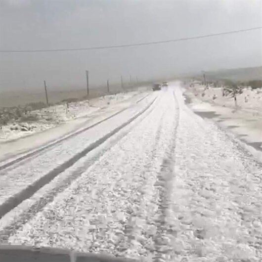 Ağustos'ta kışı yaşadılar: Her yer beyaza büründü