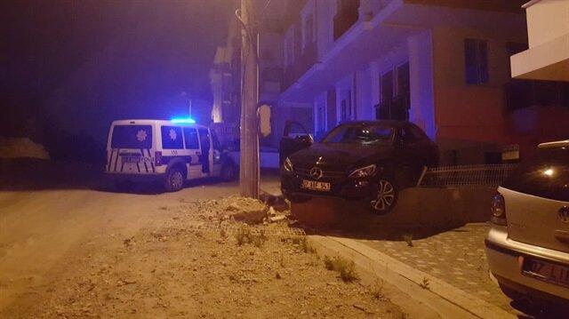 Antalya'da emanet aldığı arabayla aşırı hız yapan sürücü yol kenarında bulunan kaldırıma çıktı.