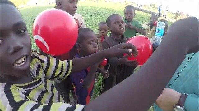 İlk defa balon gören Afrikalı çocukların sevinci