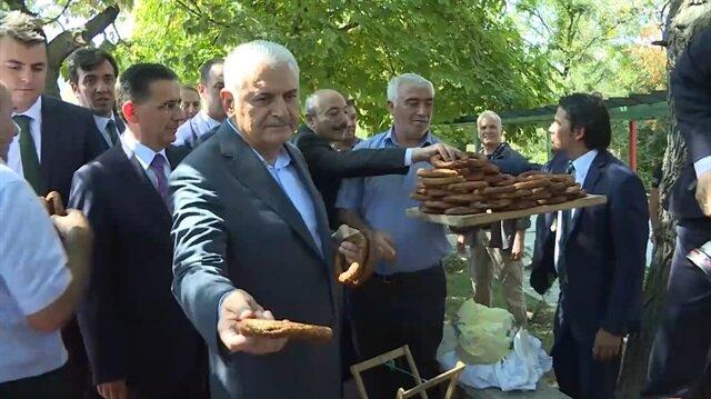 TBMM Başkanı Yıldırım, vatandaşlara simit dağıttı