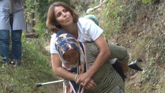 Her gün 600 metre yolu annesinin sırtında gidiyor