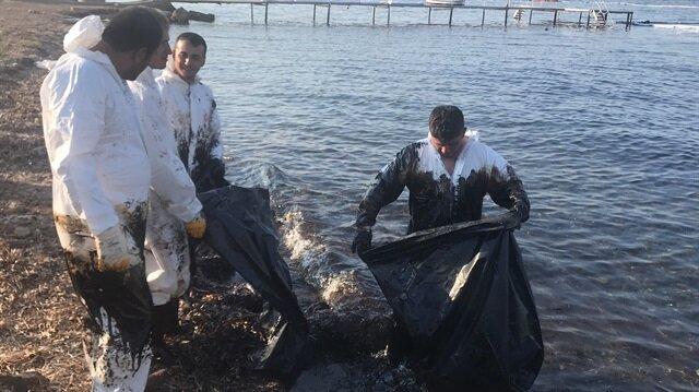 Çevre ve Şehircilik İl Müdürlüğü ekipleri akaryakıt sızıntısını temizliyor