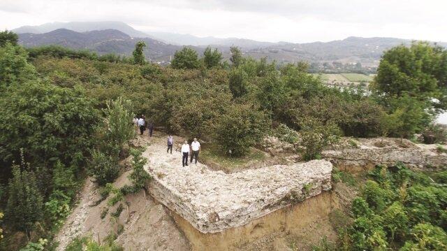 Bir fındık bahçesi içinde 7 dönüm arazide bulunan kale kalıntılarının tamamen ortaya çıkarılması için yapılan çalışmalar devam ediyor.