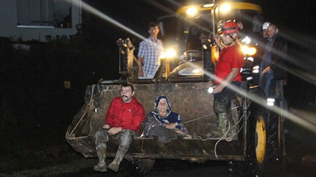 Trabzon'da selde mahsur kalan aile kurtarıldı