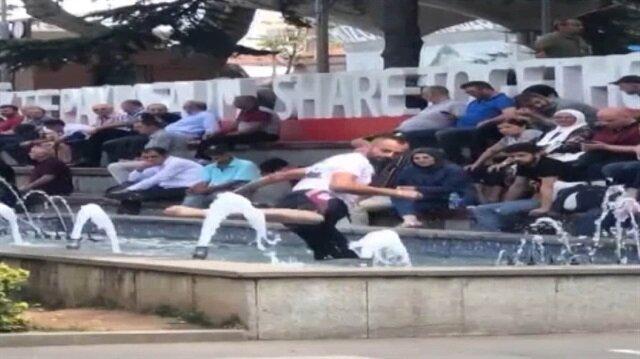 Suya karate yapan adam görenleri kahkahaya boğdu
