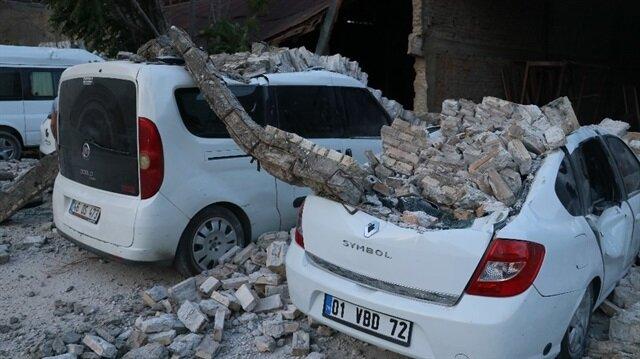 Fabrika duvarı araçların üzerine devrildi