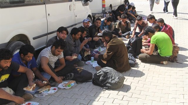 İlçe Jandarma Komutanlığına götürülen yabancı uyruklulara yiyecek ve içecek ikramında bulunuldu.