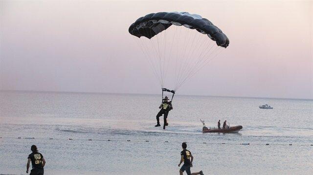 TSK ve Türk Hava Kurumu ile rekorlara imza atan ve hedef şampiyonluğu da bulunan Hayko Cepkin, paraşütle festival alanına iner inmez sahneye çıktı.