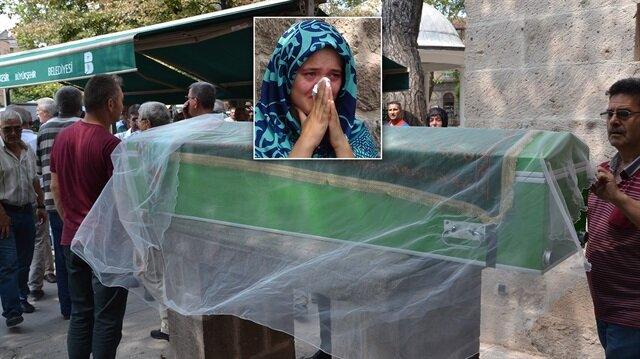 Balıkesir'de beyin kanamasının ardından hayatını kaybeden genç kadının tabutuna duvak örtüldü.
