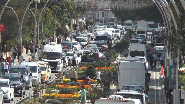 Bayburt kent meydanında araç yoğunluğu göze çarparken, trafik polislerinin yoğun mesai harcadığı öğrenildi.