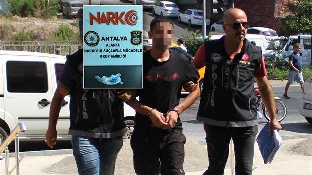 Polisleri görünce uyuşturucu hap dolu poşeti yutmaya çalışan zanlı kısa bir kovalamacanın ardından yakalandı.