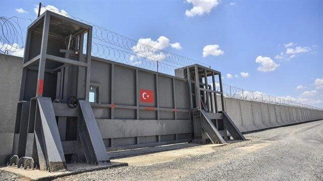 Türkiye, Suriye sınırı boyunca kimi bölgelerde beton bloklar ve dikenli tellerle tedbirler almıştı.