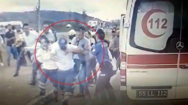 Samsun'da trafik kazasında yaralananlara müdahale eden 112 Acil Servis ambulansının şoförünün darp edildi.