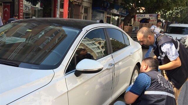 Önce araba taş atan hırsız, şoförün durmasını fırsat bilip araçta bulunan paraları çalarak kayıplara karıştı.