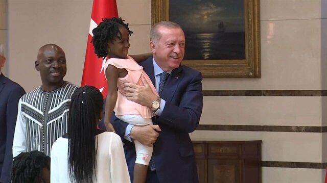 Erdoğan, sevimli bebeğin elini öperek yakından ilgilendi