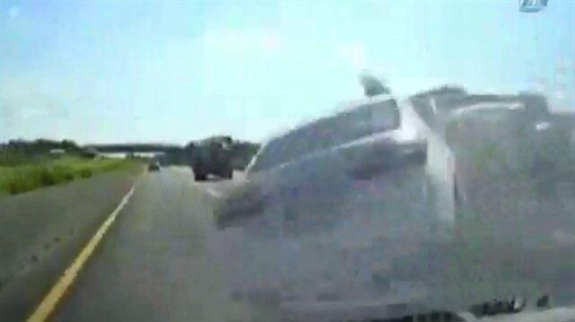 Taklalar atan otomobilden dışarı fırladı