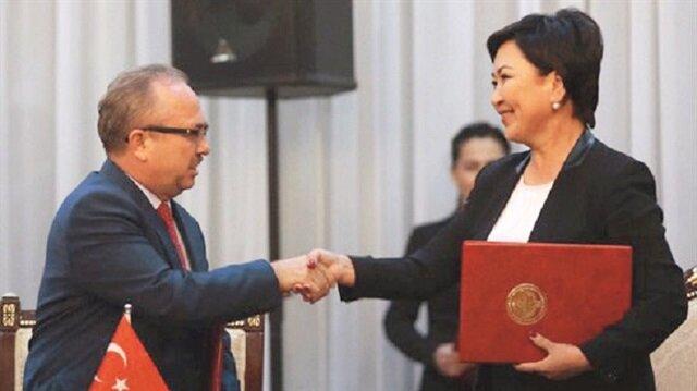 Anlaşmayı TMV Başkanı Prof. Dr. Birol Akgün ile Kırgızistan Milli Eğitim ve Bilim Bakanı Gulmira Kudaiberdiyeva imzaladı.