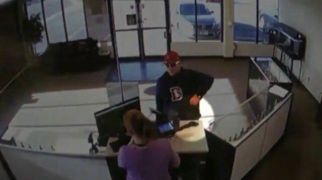 Silahını düşüren acemi hırsızın dükkan sahibiyle enteresan mücadelesi