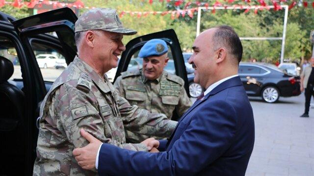 Kara Kuvvetleri Komutanı Orgeneral Ümit Dündar (solda) ve Isparta Valisi Şehmus Günaydın (sağda)