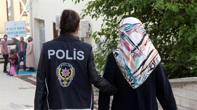 FETÖ operasyonu kapsamında gözaltına alınan kadın, polis ekiplerince emniyete götürüldü. Arşiv.