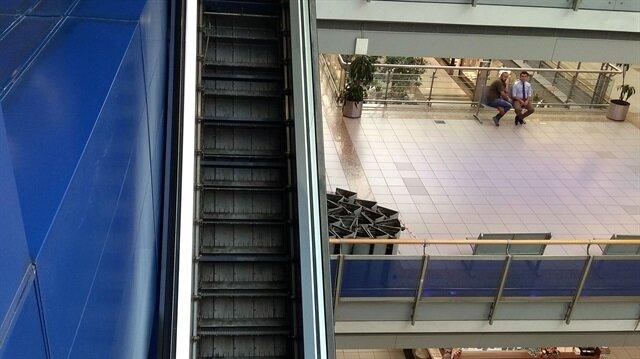 MetroCity Alışveriş Merkezi'in yürüyen merdivenleri haciz işlemi sonrasında sökülmüştü.