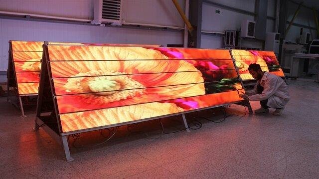 Fabrikada, İstanbul Yeni Havalimanı için toplamda 2 bin 500 metrekareyi bulacak LED ekranların üretimi sürüyor.