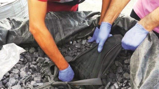 Zehir tacirlerinin keskin kokulu malzeme içine sakladıkları kokaini narkotik köpeği 'Vira' buldu.