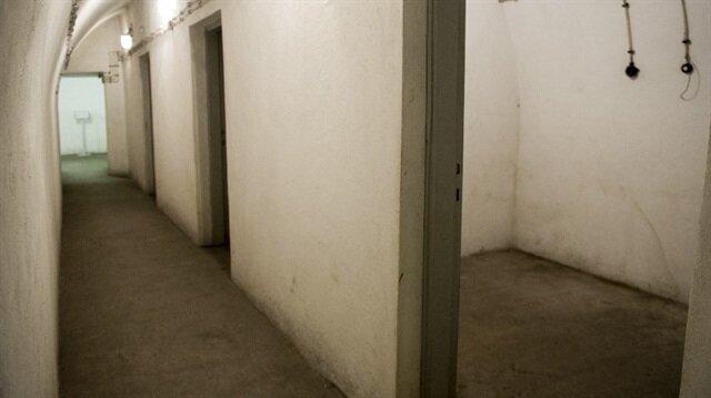 Sığınak, çelik kapılarla korunuyor ve sığınağın üç giriş kapısı bulunuyor.