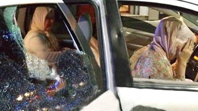 Yunanistan Selanik'te Türk plakalı araca ırkçı saldırı düzenlendi. Araçta 2'si kadın 3 kişi vardı.