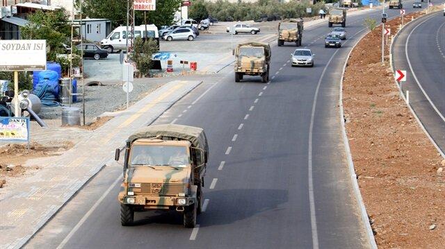 5 araçtan oluşan askeri konvoy sınıra sevk edildi. Askeri konvoy sırasında vatandaşlar, Türk bayraklarıyla komandoları selamladı