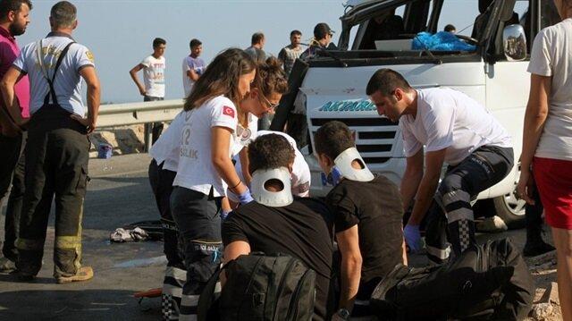 Minibüsünün devrilmesi sonucu yaralanan yolculara, acil servis ekipleri müdahale etti