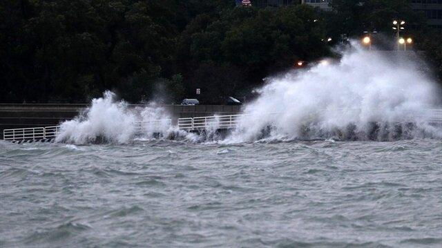 ABD'deki Michigan Gölü'nde oluşan dev dalgalar Chicago'da bir kişinin hayatını kaybetmesine yol açtı.