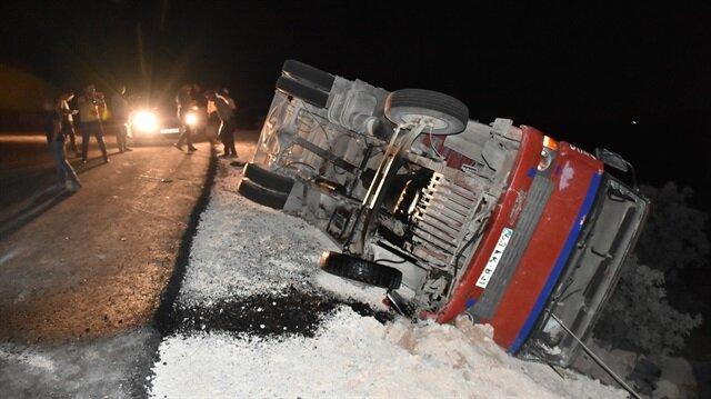 Kayganlaşan yolda kontrolden çıkarak şarampole devrilen kamyonda 17 işçi yaralandı